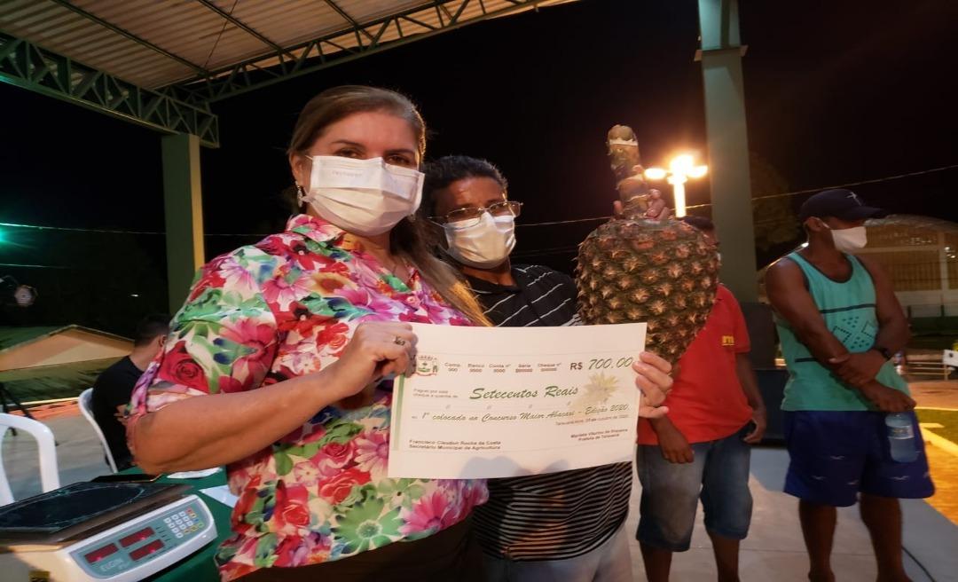 Em Tarauacá, Marilete Vitorino inaugura praça e escolhe o maior abacaxi do ano