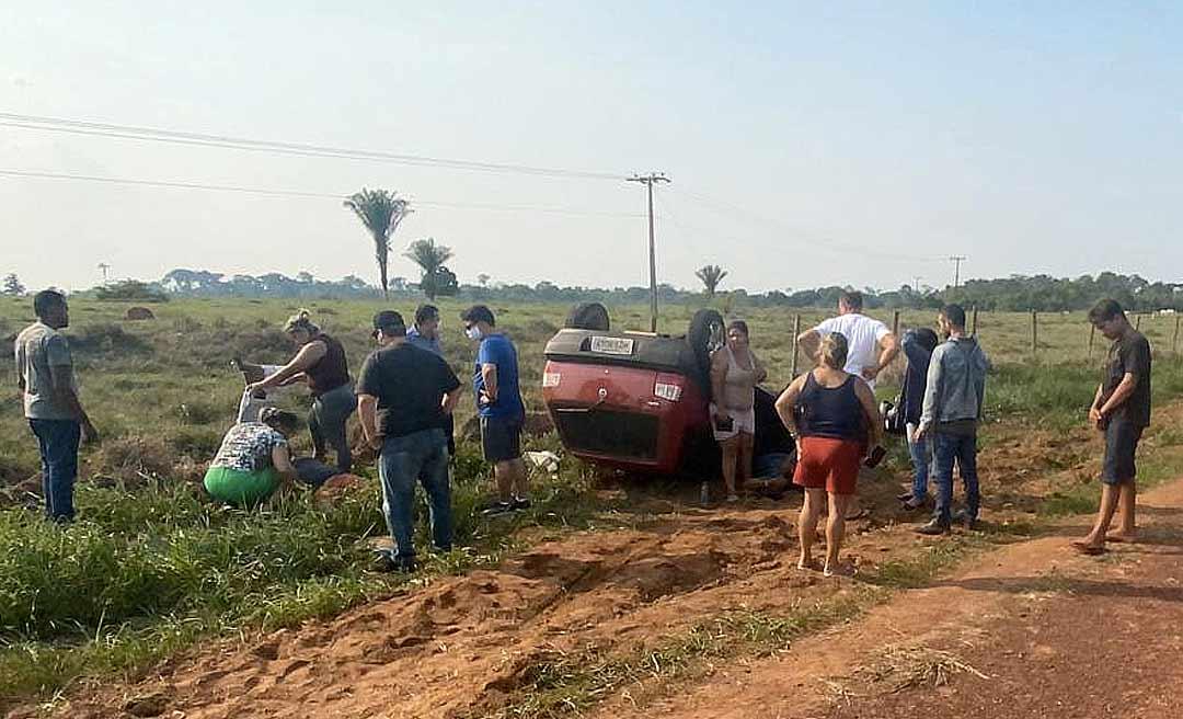 Duas pessoas ficam gravemente feridas após carro capotar na BR-317 entre Brasileia e Rio Branco