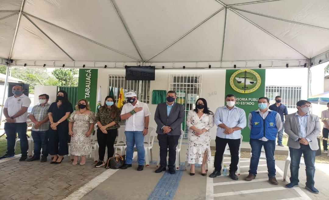 Em Tarauacá, na inauguração da sede da Defensoria, Gladson evita Rocha e clima fica pesado entre os dois
