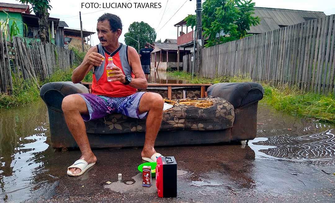 """""""Estamos acostumados a sofrer"""", diz morador do Seis de Agosto, que enfrenta enchentes há 53 anos"""