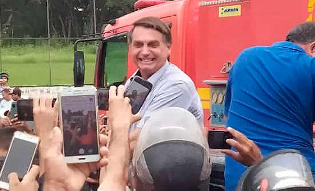Sem máscara, Bolsonaro provoca aglomeração em Sena Madureira