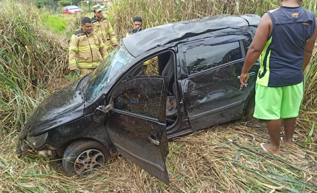 Condutor perde o controle da direção e carro cai em ribanceira na BR-364